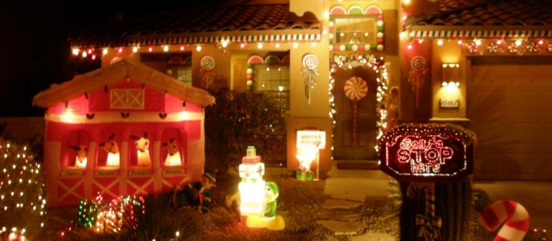 rms_debbiekennaz-christmas-lights-exterior-house-gingerbread_s4x3-jpg-rend-hgtvcom-966-725